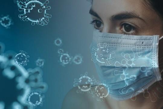 Frau mit Schutzmaske gegen Corona-Virus