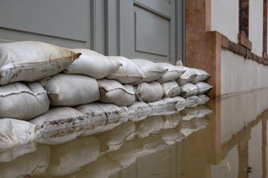 Sandsäcke während einer Überschwemmung bei einer Hochwasserkatastrophe