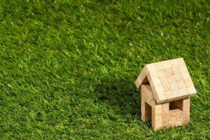Haus auf Wiese