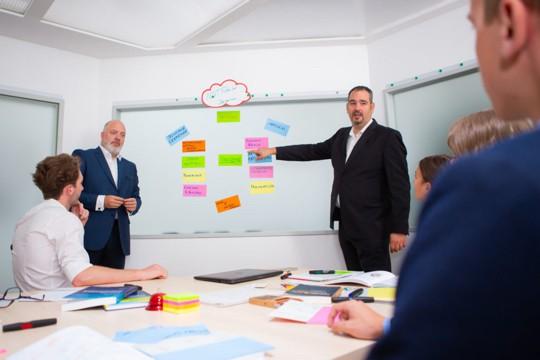 Dieter Brückner und Markus Glanzer bei einer Risikoanalyse in einem Unternehmen