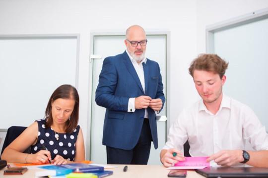 Krisenplaner Karl Dieter Brückner bei der Einschulung von Mitarbeitern im Rahmen des Business Continuity Managements