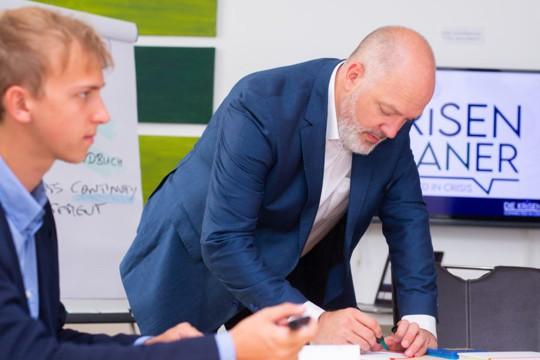 Krisenplaner Karl Dieter Brückner beim Erarbeiten eines Plans für das Kontinuitätsmanagements mit Mitarbeitern eines Unternehmens