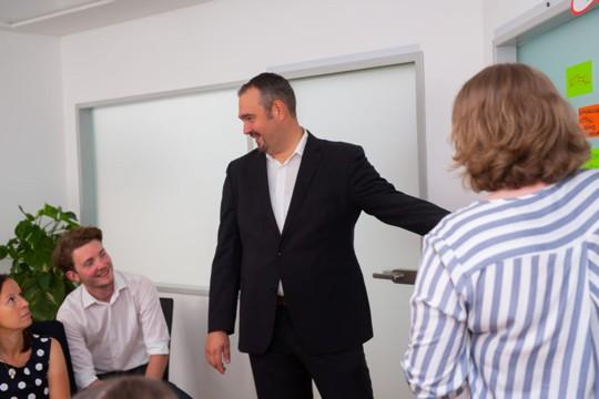 Markus Glanzer unterstützt Mitarbeiter beim Krisenmanagement im Unternehmen