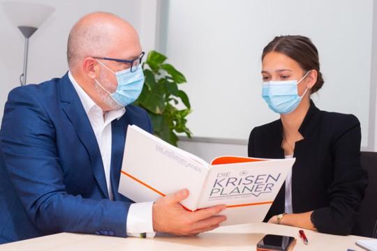 Krisenplaner Karl Dieter Brückner mit einer Schulungsteilnehmerin
