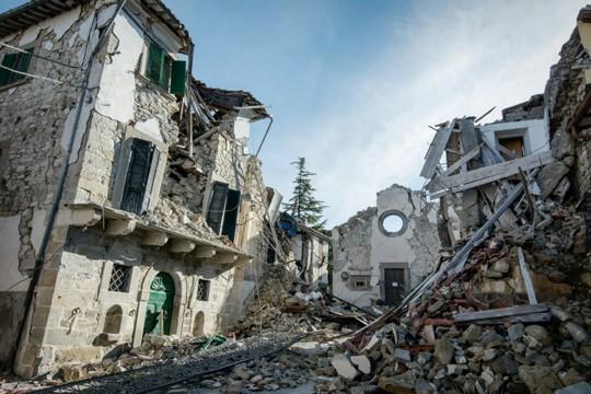 Beschädigte Häuser nach einem schweren Erdbeben (Naturkatastrophe)