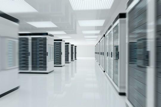 Serverracks in einem vor Katastrophen wie Feuer oder Hochwasser geschützten Serverraum