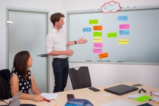 Ein Schulungsteilnehmer erläutert Krisenszenarien während eines Trainingsprogramms